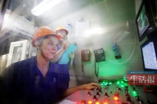 广西/赵红兵在控制室里操作设备