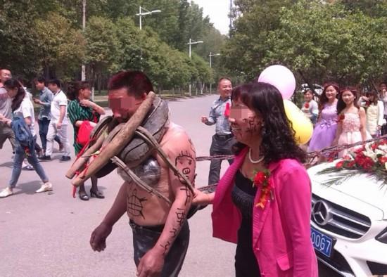 郑州大学奇葩婚礼:新郎父亲裸身拉奔驰车