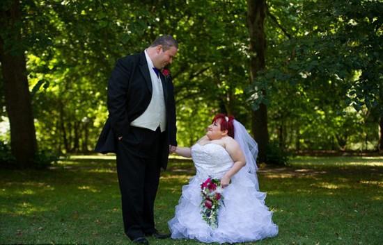 """英""""瓷娃娃""""新娘走红毯 身高仅1米打喷嚏会骨折"""