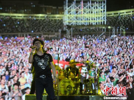 体育中心,汪峰2015超级巡回演唱会首站开唱. 翟羽佳 摄-汪峰2015