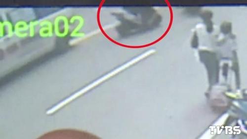 警察处理车祸肇事者趁机骑走警用摩托车逃逸
