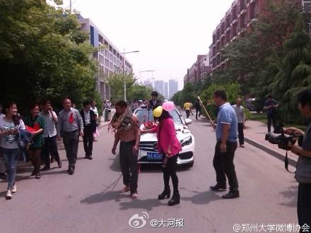郑州大学现奇葩婚礼:新郎驾豪车用麻绳牵赤裸上身父亲