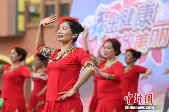 中国大妈舞动盐城大丰港 舞出健康和快乐