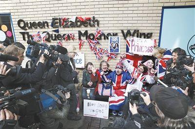 """身上穿着英国米字旗图案外套的""""王室粉丝团""""激动地庆祝小公主诞生。"""