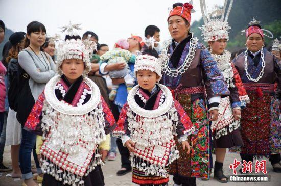 贵州姊妹节上飞歌伴唱千人踩鼓