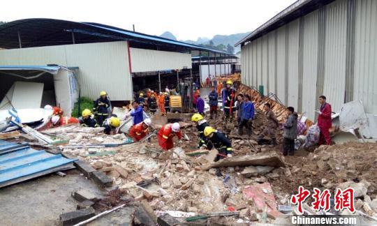 广西河池一公司遭泥石流冲袭7人被困2人死亡