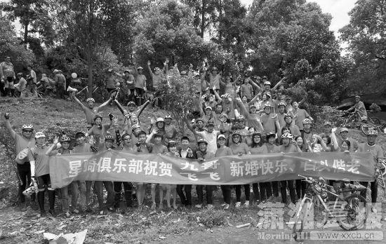 5月2日,长沙县黄花镇,新郎新娘与数十名骑友合影。图/潇湘晨报记者 朱辉峰