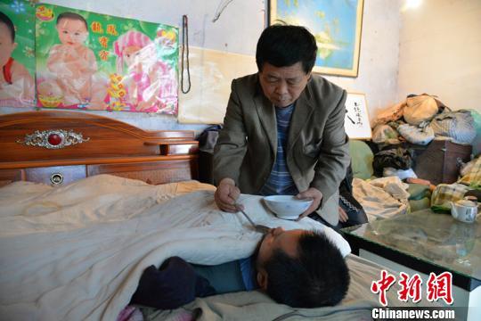 """河北四兄弟照顾瘫痪弟弟17年再现""""手足情""""(图)"""