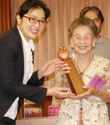 """台湾版阿信93岁阿嬷养大3个孙子被称""""魔力妈妈"""""""