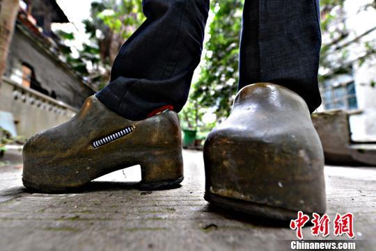 重达63斤的健身铁鞋现福州