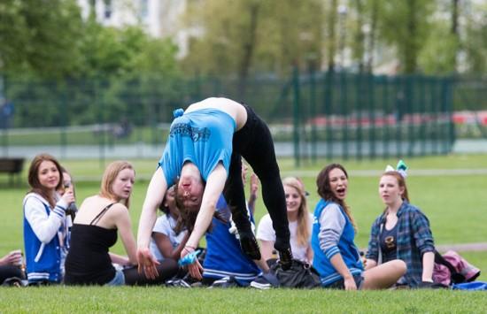 """剑桥学生在公园纵酒嬉戏 校方称""""令学校蒙羞"""""""