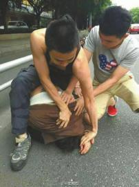 成都休假特警抓抢包贼被诬陷 被抢女子不作证却跑了