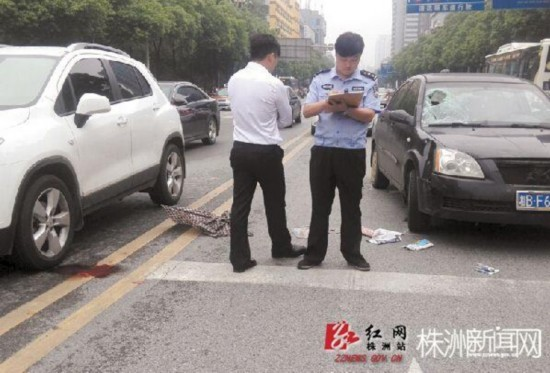 5月4日,新华桥附近的车祸现场,还有大量血迹(记者 谢慧 摄)