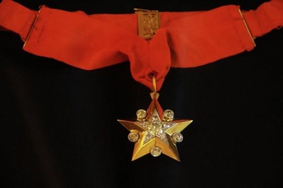苏联元帅之星勋章:战争期间,一些具有出色指挥才能的人获得了元帅称号。第一位获得元帅称号的是格奥尔吉・朱可夫。由此他被授予元帅之星勋章。该勋章五角均有白金制作,在其中心处嵌有25枚钻石,在星角间也镶嵌了5颗钻石。