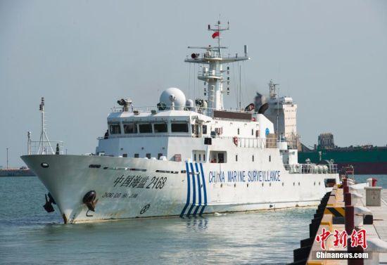 5月4日,海南省海洋与渔业监察总队两艘执法船中国海监2169船和2168船离开海口港,赴西沙和中沙群岛进行综合执法监测科考联合行动。中新社发 骆云飞 摄