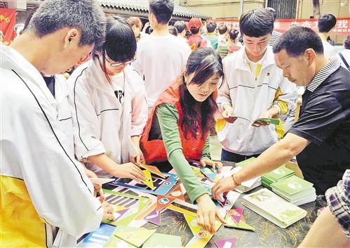 青年志愿者进社区宣传垃圾分类