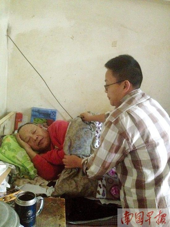 父亲因公瘫痪在床 36岁孝女为照顾父亲不嫁人(图)