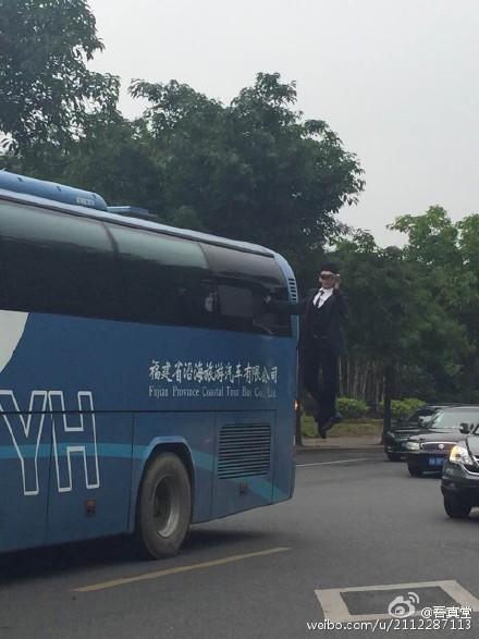"""福州男子单手""""悬浮""""车窗外 网友:表演太危险"""