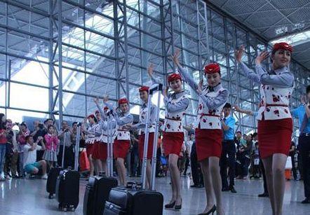 成都双流国际机场空姐热舞小苹果 呼吁人们文明乘机安全出行