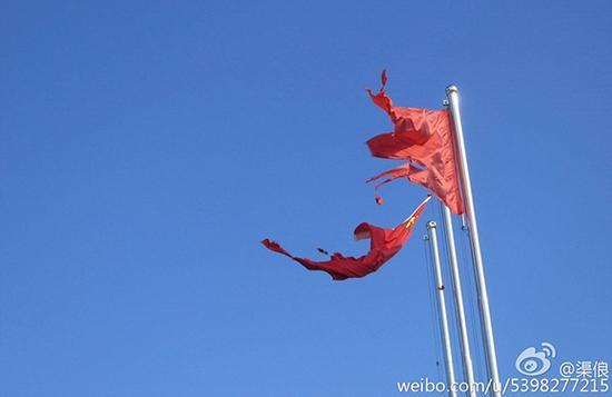 被风雨损毁的国旗。图据网友
