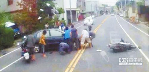 生死关头60秒13人合力抬车救被卷车底女子(图)