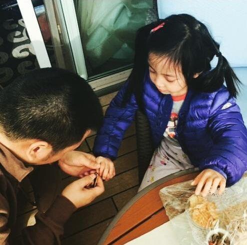赵薇/近日网上曝光一张赵薇老公黄有龙为宝贝女儿小四月剪指甲的照片...