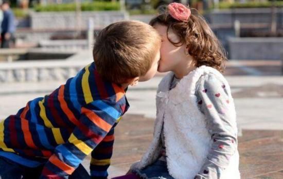 美国两名7岁小学生校园内接吻 警方介入调查