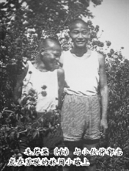 毛岸英(右)与小伙伴郭志成在苏联的林间小路上