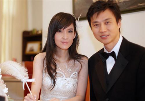 2009年1月,周慧敏与倪震结束19年离离合合的爱情长跑在家中注册结