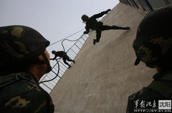 解放军特种兵展示 飞檐走壁
