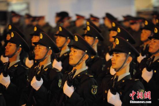 5月4日,中国军队方阵参加俄罗斯在莫斯科红场举行的纪念卫国战争胜利70周年阅兵式彩排。今年是俄罗斯卫国战争胜利70周年。俄罗斯将举行盛大阅兵式纪念这一活动。期间,由112人组成的中国人民解放军方阵也将参与此次阅兵。 <a target='_blank'  data-cke-saved-href='http://www.chinanews.com/' href='http://www.chinanews.com/'><p  align=