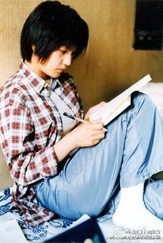 """大学时代读书的照片,难得一见的 气.赵薇在微博中说:""""喜欢大学图片"""
