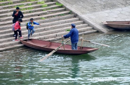 四川一水库区近百学生划船上学
