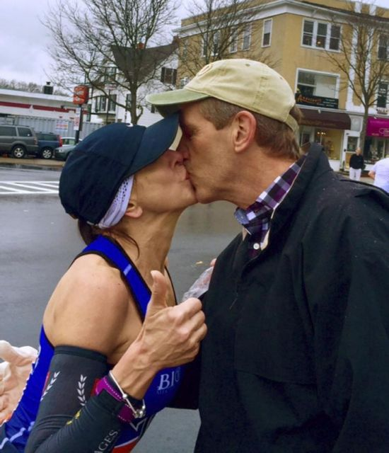 美女子马拉松上吻陌生男子 寻人竟收到其妻来