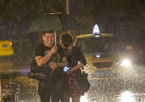 短时强降雨夜袭主城