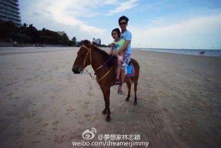 林志颖教爱子学骑马 网友:Kimi长高了好多