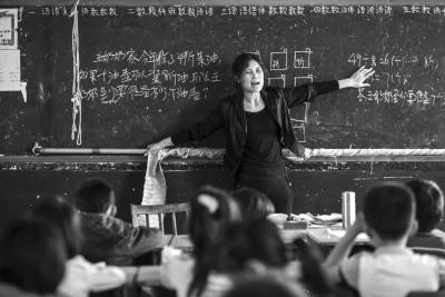 湖北乡村教师患病无法站稳 拽绳扶杆坚持上课