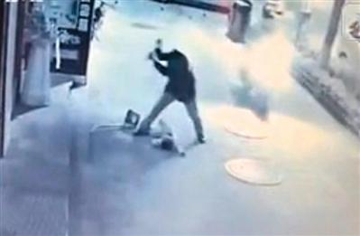 视频显示,男子用脚及扫帚对男童进行殴打。网络截图