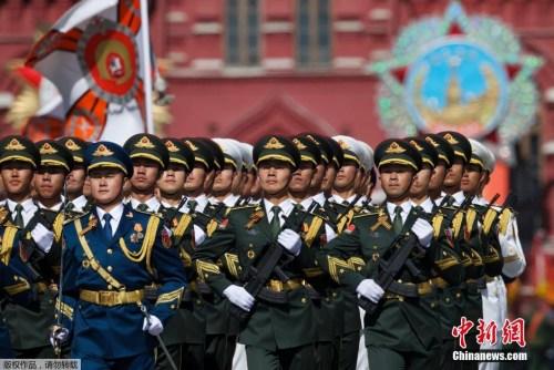5月7日,在俄罗斯都城莫斯科,国家公民束缚军全军仪仗队在排演中排队前进。当日,俄罗斯在都城莫斯科的红场举办留念卫国和平成功70周年红场阅兵式总排演。