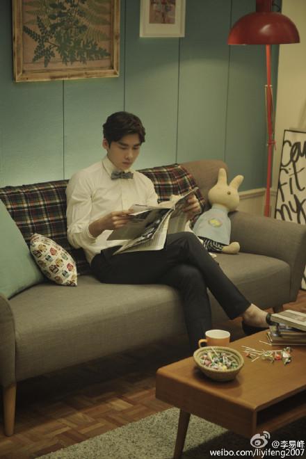 李易峰穿白衬衣看报纸网友:随便一拍就能上杂志