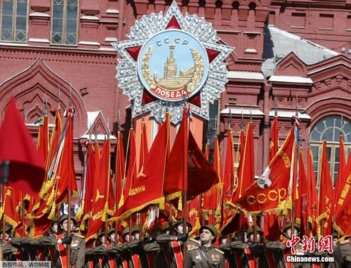 本地时刻5月7日,俄罗斯戎行战士在红场预备成功日阅兵总排演。5月9日,莫斯科红场将举办庆贺卫国和平成功70周年阅兵典礼。图为身着二战时代戎服的步卒方阵表态红场。