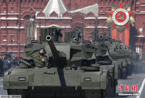 本地时刻5月7日,俄罗斯戎行战士在红场预备成功日阅兵总排演。5月9日,莫斯科红场将举办庆贺卫国和平成功70周年阅兵典礼。图为俄罗斯T-14阿玛塔主战坦克表态。