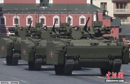 本地时刻5月7日,俄罗斯戎行战士在红场预备成功日阅兵总排演。5月9日,莫斯科红场将举办庆贺卫国和平成功70周年阅兵典礼。图为Kurganets-25步卒战车表态阅兵式排演。
