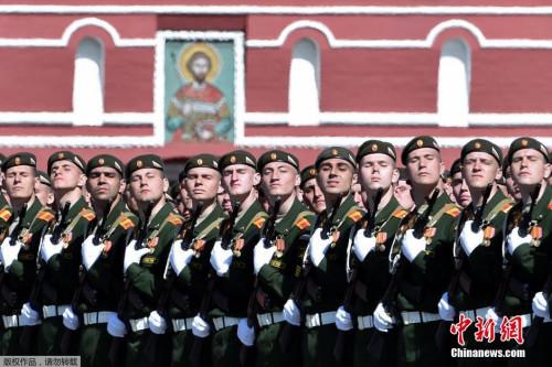 本地时刻5月7日,俄罗斯戎行战士在红场预备成功日阅兵总排演。5月9日,莫斯科红场将举办庆贺卫国和平成功70周年阅兵典礼。