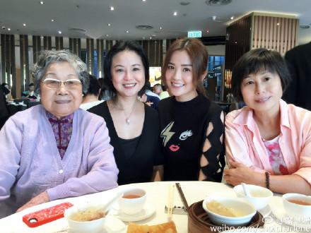 蔡卓妍晒为外婆妈妈过节照网友:陈伟霆拍的吗?