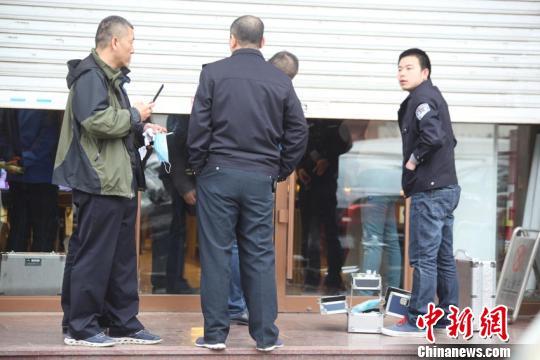 吉林闹市发生金店劫案嫌疑人疑似持有枪支(组图)