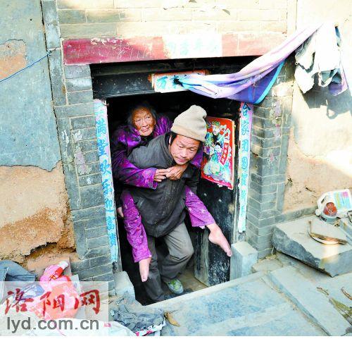 陈相锋背着母亲出门。 图片来源:洛阳网