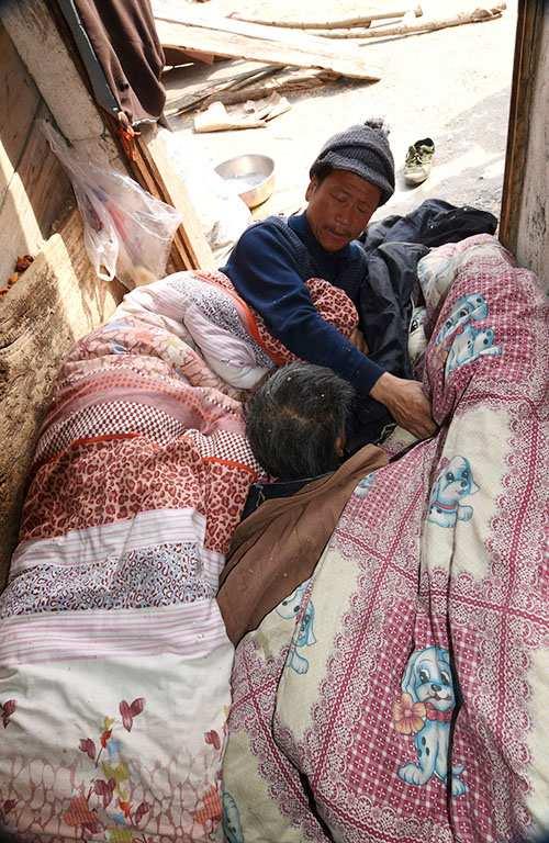 楼梯顶端近3平方米的平台,就是陈相锋和母亲的床。 图片来源:中国文明网·洛阳站
