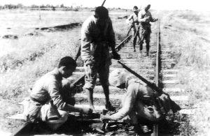 """反""""扫荡""""斗争中,民兵把地雷埋在铁路上。"""