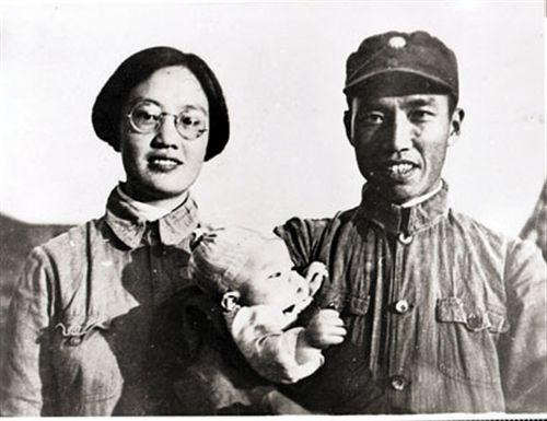 左权与妻子刘志兰、女儿左太北的合照。图片由中国人民大学家书文化研究中心、抢救民间家书项目组委会提供。